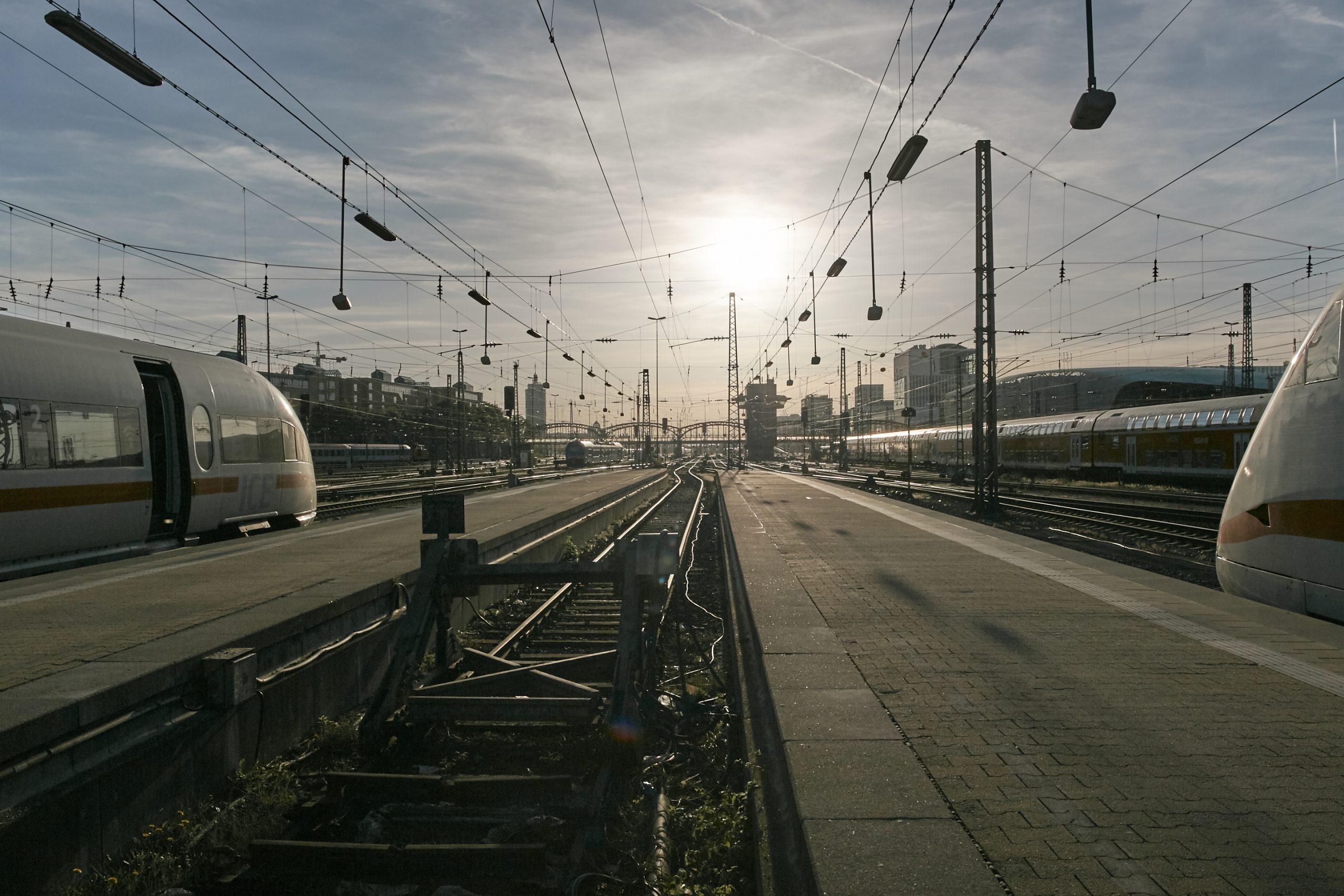 Bahnhof, München, Trains, ICE, Gegenlicht, Weitwinkel